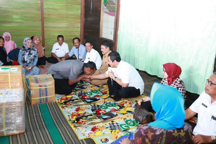 Wali Kota Semarang Hendrar Prihadi berdialog dengan para transmigran di Kalimantan Barat asal Kota Semarang, Rabu (27/9/2017)