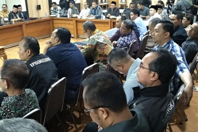 Wali Kota Tasikmalaya Budi Budiman, memimpin rapat darurat dalam peningkatan kewaspadaan merebaknya virus corona di Kota Tasikmalaya, Minggu (15/3/2020) malam.