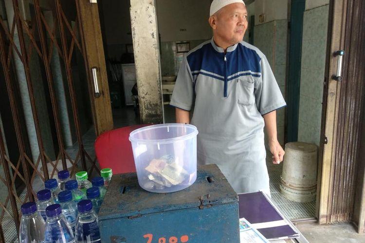 seorang yang berkerja sebagai petugas jaga toilet di Pasar tradisional Bintan Center (Bincen) Kecamatan Tanjungpinang Timur Kota Tanjungpinang, Sutikno (57) berangkat menunaikan ibadah haji.