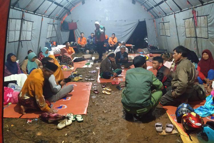 Sejumlah warga di dalam tenda pengungsian di Kampung Liunggunubg, Desa Kertaangsana, Nyalindung, Sukabumi, Jawa Barat, Jumat (26/4/2019).