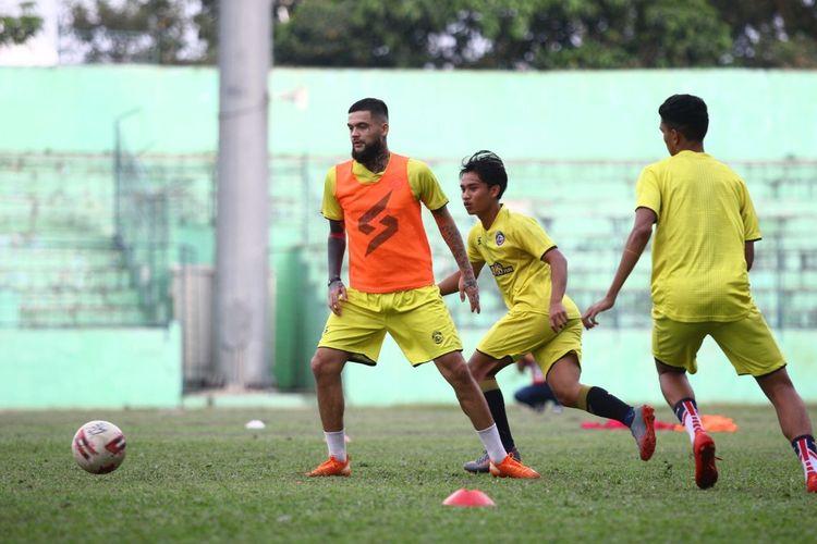 Diego Michiels saat latihan perdana bersama tim barunya, Arema FC di Stadion Gajayana Malang, Jawa Timur, Senin (14/06/2021) sore.