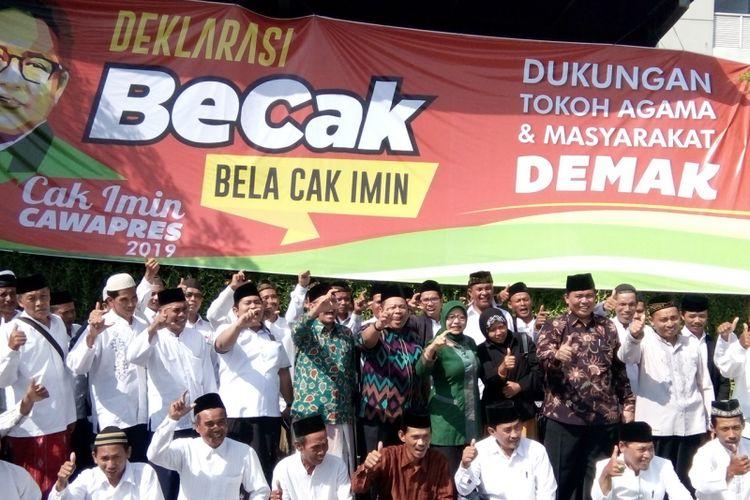 Sejumlah tokoh mendeklarasikan relawan Bela Cak Imin (Becak) sebagai bentuk dukungan kepada Muhaimin Iskandar maju sebagai Wapres 2019, di Hotel Amantis Demak,  Minggu (5/12/2017)