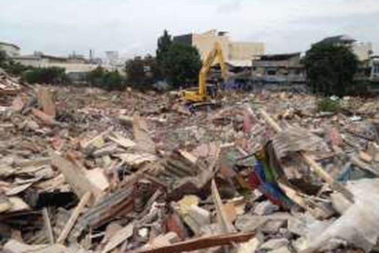 KOMPAS.com / ANDRI DONNAL PUTERA  Kondisi reruntuhan bangunan di kawasan Kalijodo, Jakarta Utara, Senin (29/2/2016) siang. Area Kalijodo akan diratakan dengan tanah untuk kemudian dijadikan ruang terbuka hijau (RTH) milik Pemerintah Provinsi DKI Jakarta.