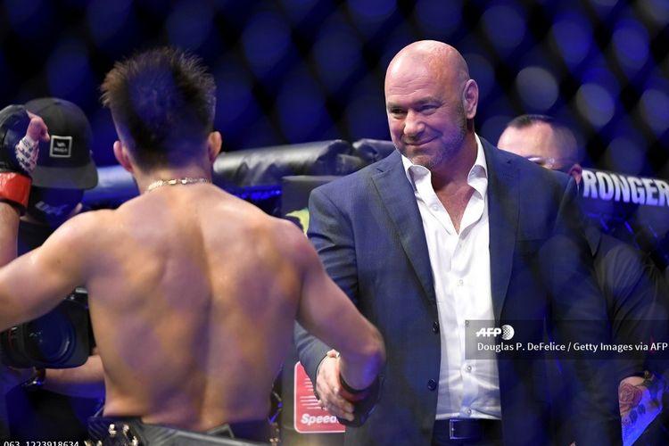 Dana White terlihat naik ke ring dan menjabat tangan Henry Cejudo setelah ia mengalahkan Dominick Cruz pada laga kelas bantam di UFC 249, Minggu (10/5/2020) pagi WIb.