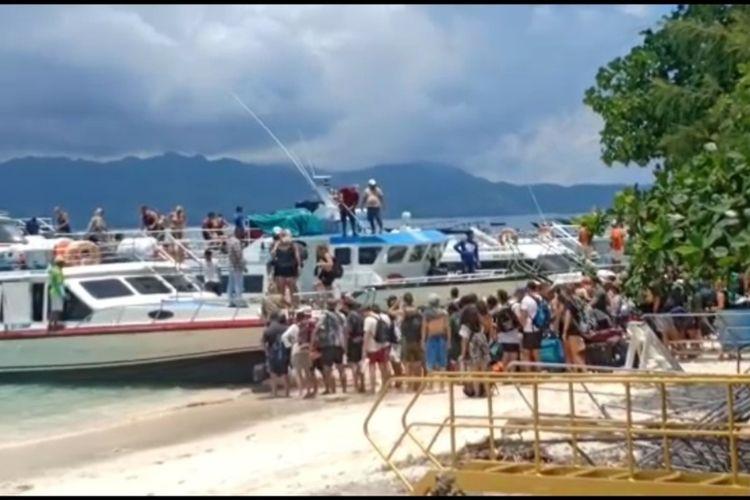 Ratusan wiaatawan memilih meninggalkan Gili Terawangan, Senin pagi (16/3/2020) karena khawatir tak bisa tinggalkan Terawangan . Padahal pemerintah NTB hanya menutup penyeberangan dari Bali menuju kawsaan 3 Gili termasuk Terawangan selama 2 pekan, bukan menutup penyeberangan keluar Terawangan.