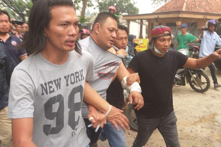 Tersangka Yudi Tama Redianto (50) ketika dihadirkan petugas saat penggalian lokasi penguburan jenazah Aprianita (50) di kawasan TPU Kandang Kawat, Palembang, Sabtu (26/10/2019).