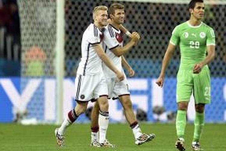 Gelandang tim nasional Jerman, Andre Schuerrle saat merayakan golnya ke gawang Aljazair bersama Thomas Mueller pada 16 besar Piala Dunia 2014 di Estadio Beira-Rio, Senin atau Selasa (1/7/2014) dini hari WIB.