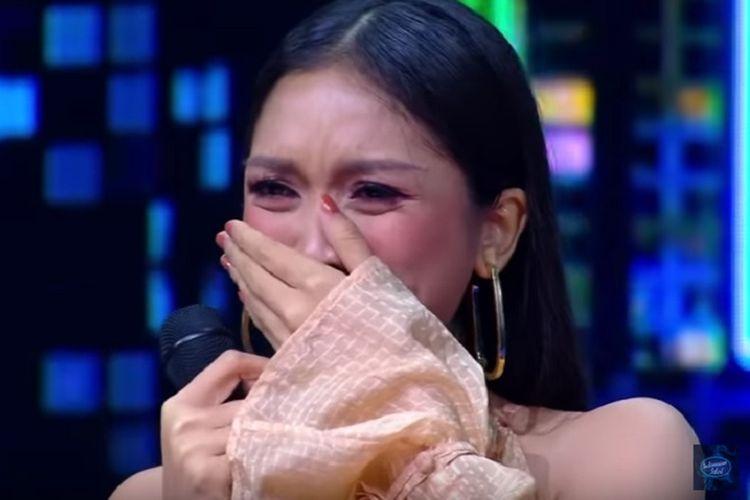 Mirabeth Sonia, kontestan Indonesian Idol X asal Samarinda ini menangis usai mendapat komentar juri di babak spektakuler, Senin (2/12/2019).
