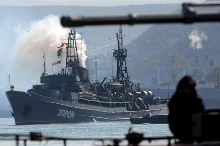 Sebuah kapal perang Rusia berlayar di hadapan kapal perang Ukraina, Ternopil, di teluk Sevastopol, Crimea tak jauh dari pangkalan Armada Laut Hitam Rusia.