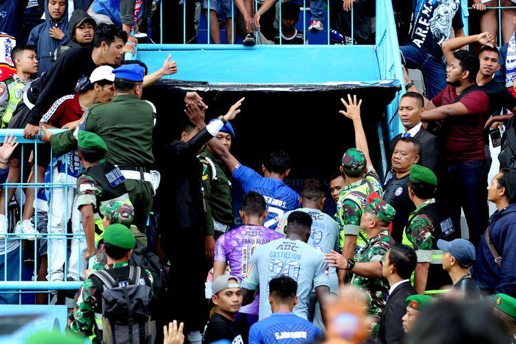 Seusai pertandingan pekan kedua Liga 1 2020 pemain Arema FC dan Persib Bandung masuk ruang ganti bersama-sama yang berakhir dengan skor 1-2 di Stadion Kanjuruhan Malang, Jawa Timur, Minggu (08/03/2020) sore.