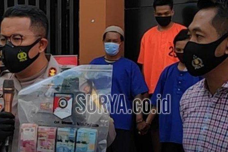 Kapolres Bojonegoro, AKBP M Budi Hendrawan menunjukkan barang bukti uang hasil curian, didampingi Kasat Reskrim, AKP Iwan Hari Purwanto