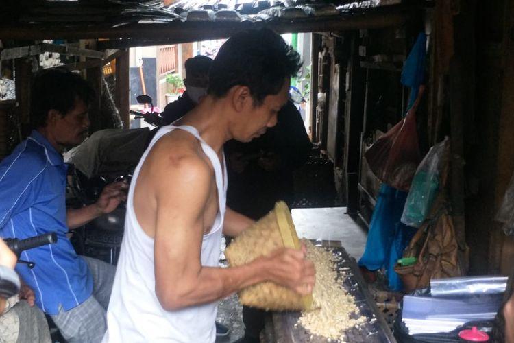 Sunoto, produsen tempe di Kampung Tempe, Sunter, Jakarta Utara, saat memproduksi tempe pada Senin (4/1/2021).