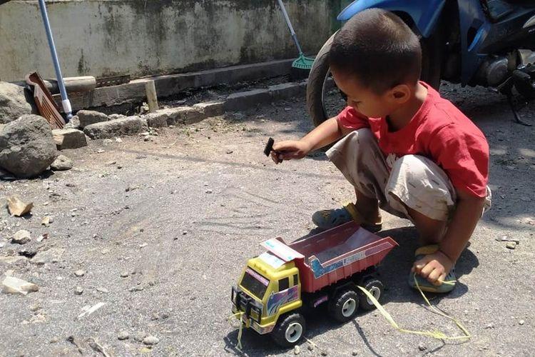 AR (3), bocah asal Kampung Mareleng, Kecamatan Haurwangi, Desa Kertamukti, Kabupaten Cianjur, Jawa Barat memiliki kelainan pada organ vitalnya. Sejak lahir ia punya dua alat kelamin.