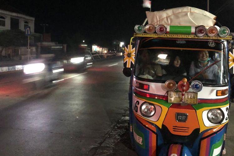 Jalan nasional Trans-Jawa non tol di pantai utara atau pantura terpantau ramai lancar pada H-4 Lebaran atau Sabtu (1/6/2019) malam. Tampak satu keluarga dari Kemayoran, Jakarta Pusat, menumpang bajaj sebagai kendaraan mudik menuju Brebes, tengah beristirahat di jalur Patrol.