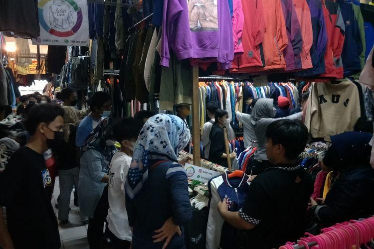 Pasar Poncol Senen, Jakarta Pusat diramaikan oleh para pengunjung yang berburu baju seken jelang Lebaran, Sabtu (8/5/2021).