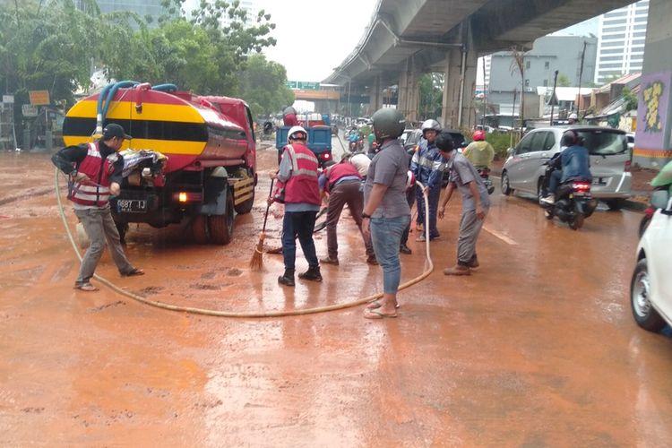 anggota PPSU kelurahan Semanggi dan pihak pengerjaan proyek bersihkan sisa lumpur akibat banjir di Jalan Dr Satrio, Kuningan, Jakarta Selatan, Selasa (17/12/2019)