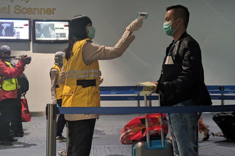 Petugas Kesehatan memeriksa penumpang di kedatangan internasional Bandara Soekarno-Hatta, Rabu (4/3/2020)
