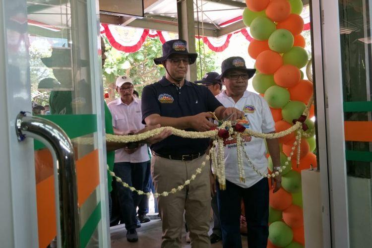 Gubernur DKI Jakarta Anies Baswedan meresmikan JakGrosir di Pulau Tidung, Kepulauan Seribu, Minggu (22/9/2019)