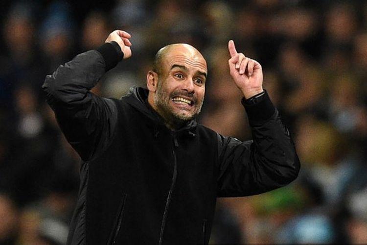 Manajer Spanyol Manchester City Pep Guardiola memberi isyarat pada touchline selama pertandingan sepak bola Liga Premier Inggris antara Manchester City dan Chelsea