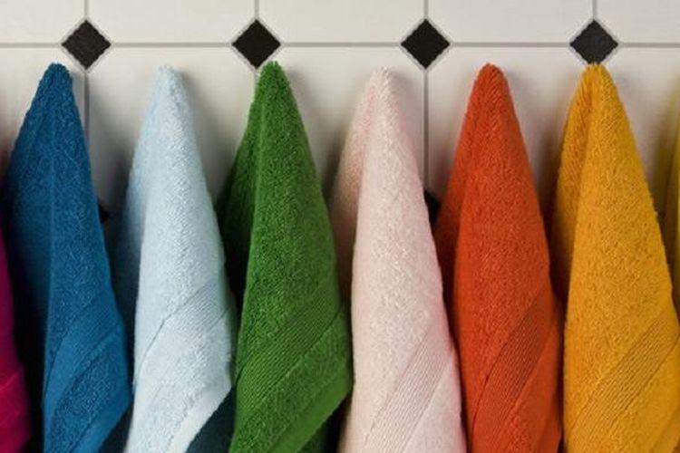 Handuk yang lembab dan langsung dilipat sama saja dengan menunggu jamur datang. Setelah mencuci handuk, tempatkan mereka pada pengering.