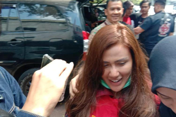 Tersangka kasus penyebaran konten asusila terkait video ikan asin Rey Utami mengenakan rompi tahanan di Polda Metro Jaya, Jakarta Selatan, Jumat (12/7/2019).