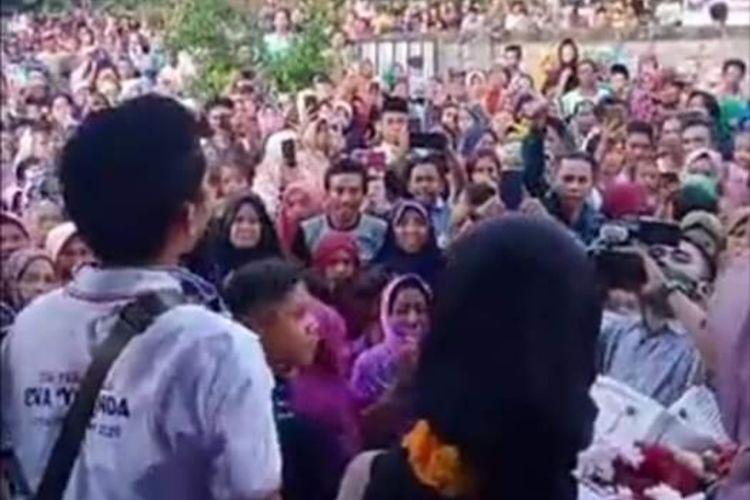 Ditengah wabah Covid-19 ratusan warga menyambut kedatangan Kontestan Liga Dangdut Indonesia, asal NTB, Eva Yolanda, yang tereliminasi dan pulang ke Lombok Minggu sore