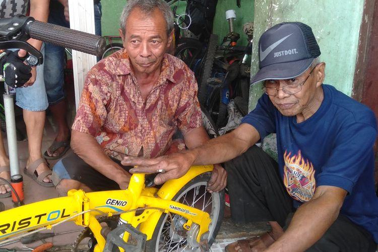 Sui (berbaju batik) saat ditemu di bengkel sepeda Sakera Madura di jalan Pondok Ranggon, Cipayung, Jakarta Timur, Selasa (18/8/2020).