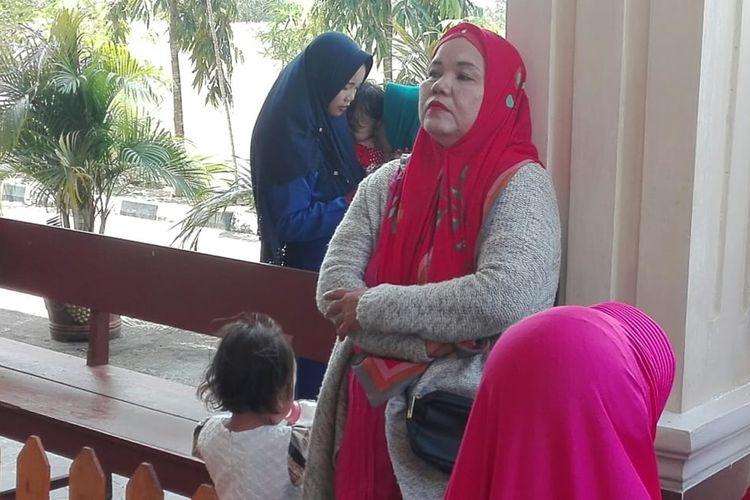 Suhartini ibu dari Fera Oktaria (21), korban pembunuhan serta mutilasi yang dilakukan Prada DP, ketika berada di luar ruang sidang Pengadilan Militer I-04 Palembang, Kamis (22/8/2019).