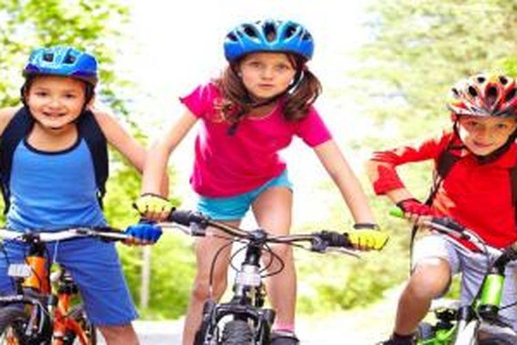 Anak-anak bermain sepeda