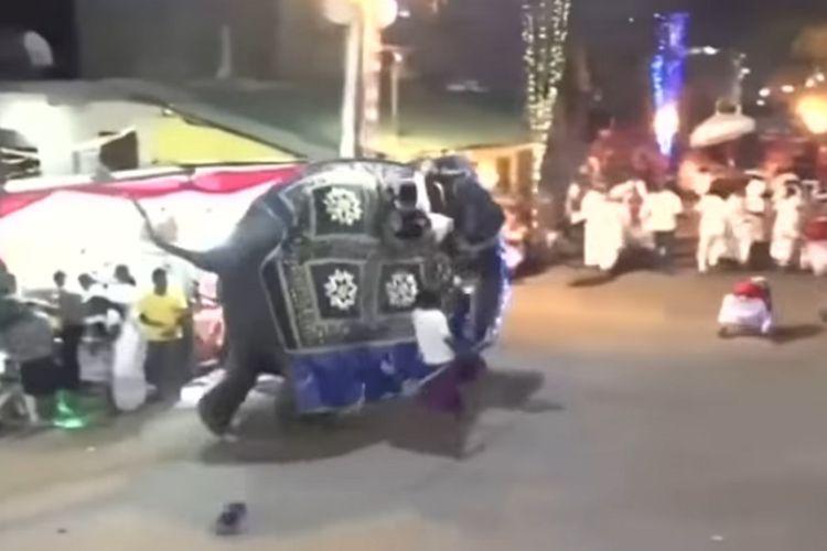 Tangkapan layar rekaman insiden gajah yang lepas kendali saat festival keagamaan Buddha di kota Kotte, Sri Lanka, Sabtu (7/9/2019) malam.