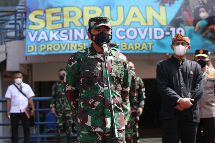 Panglima TNI Marsekal Hadi Tjahjanto saat meninjau langsung pelaksanaan vaksinasi di Stadion Gelora Bandung Lautan Api,Kabupaten Bandung,Jawa Barat, Kamis (17/6/2021).
