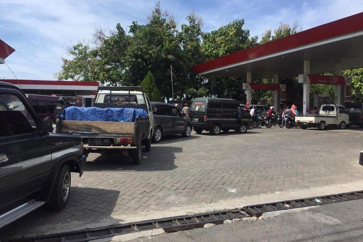 Antrian kendaraan di SPBU Jl. Raya Sumenep, Desa Buddagan, Kecamatan Pademawu. BBM jenis Premium di SPBU di Pamekasan, lebih banyak dihabiskan oleh pemborong untuk dijual kembali menggunakan SPBU mini atau pertamini.