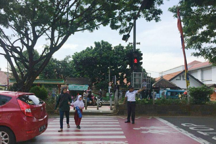 Lampu pelican crossing di Jalan Margonda, Depok, Jawa Barat, Kamis (11/4/2019).
