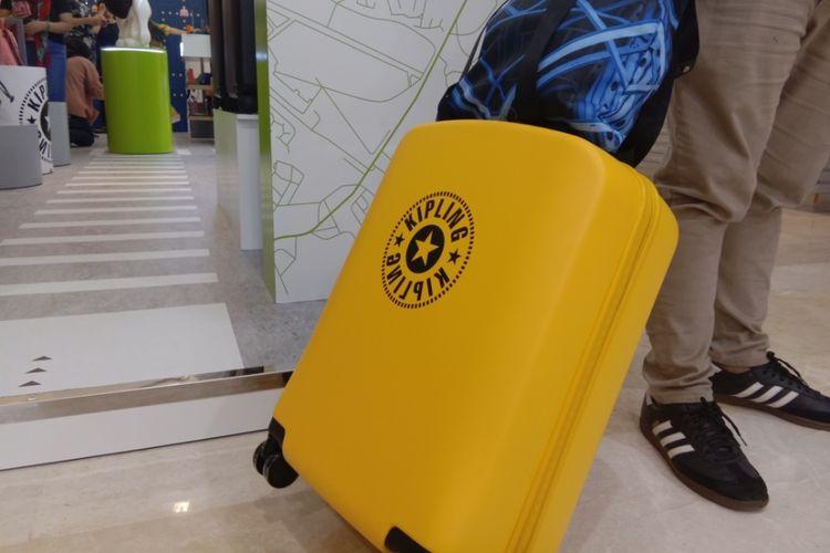 Koper hard case Kipling yang merupakan koleksi terbaru untuk Spring/Summer 2020. Koper berwarna cerah ini dapat membuatmu lebih mudah mencarinya saat berada di kabin, Kota Kasablanka, Jakarta, Rabu (5/2/2020).