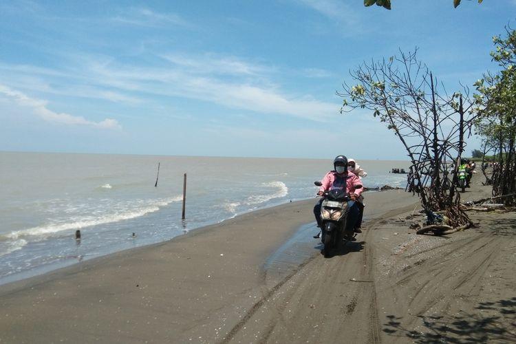 Bidan Desa Sedari Renny Galena Aulia dan suaminya Rizky Alfadillah usai mengunjungi Dusun Tanjungsari, Desa Sedari, Kecamatan Cibuaya, Karawang, Sabtu (13/3/2021) sore.