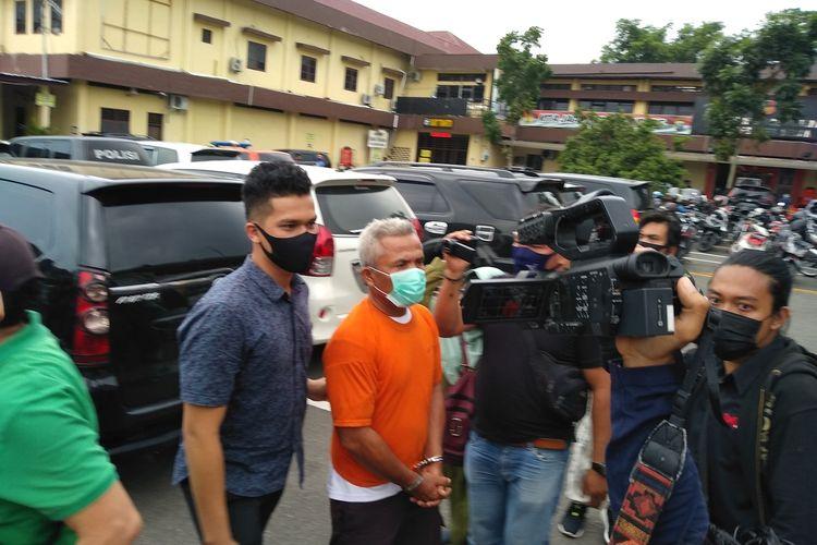Tersangka FP digelandang dari sel tahanan menuju ruang di Mapolrestabes Medan pada Kamis (24/9/2020).