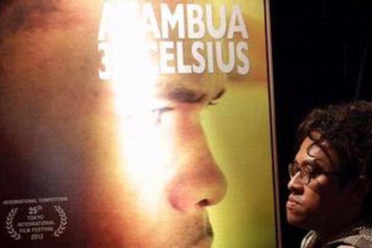 Sutradara Riri Riza hadir pada acara pemutaran perdana film Atambua 39 Derajat Celcius di Pusat Perfilman Haji Usmar Ismail, Kuningan, Jakarta Selatan, Senin (5/11/2012). Untuk film yang mengambil setting di perbatasan Indonesia-Timor Leste itu, Riri  menjadi penulis dan sutradara serta bekerja sama dengan Mira Lesmana sebagai produser.