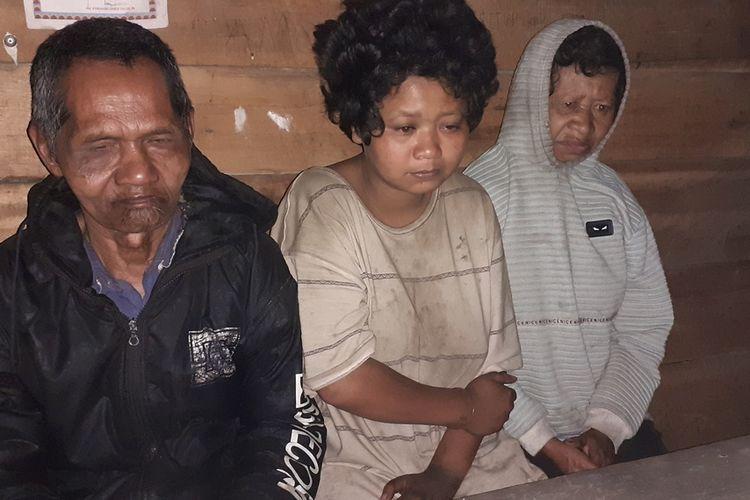 Satu Keluarga di Kampung Mano-Nancang, Kel. Mandosawu, Kec. Pocoranaka, Kab. Manggarai Timur, Flores, NTT, Jumat malam (13/12/2019) mengalami sakit. suami atau ayah, Martinus Adat (64) sakit Tuna Netra sejak lahir sementara anak sulungnya (tengah) bersama mamanya mengalami sakit gangguan jiwa. selama ini suami atau ayahnya masak dan rawat anak dan istrinya yang sakit tersebut. (KOMPAS.com/Markus Makur)