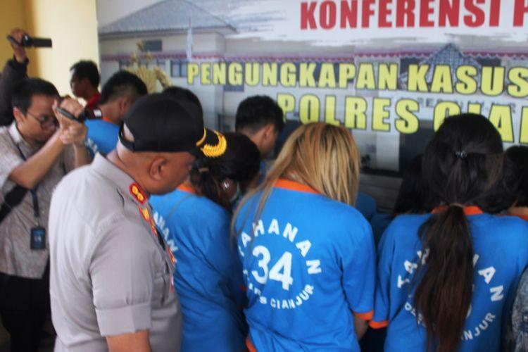 Kapolres Cianjur, AKBP Juang Andi Priyanto saat menginterogasi seorang korban TPPO (Tindak Pidana Perdagangan Orang) yang terlibat dalam jaringan prostitusi di kawasan Puncak, Cianjur yang berhasil, Sabtu (28/12/2019). Terkait kasus tersebut, empat orang mucikari dijadikan tersangka.(KOMPAS.COM/FIRMAN TAUFIQURRAHMAN)