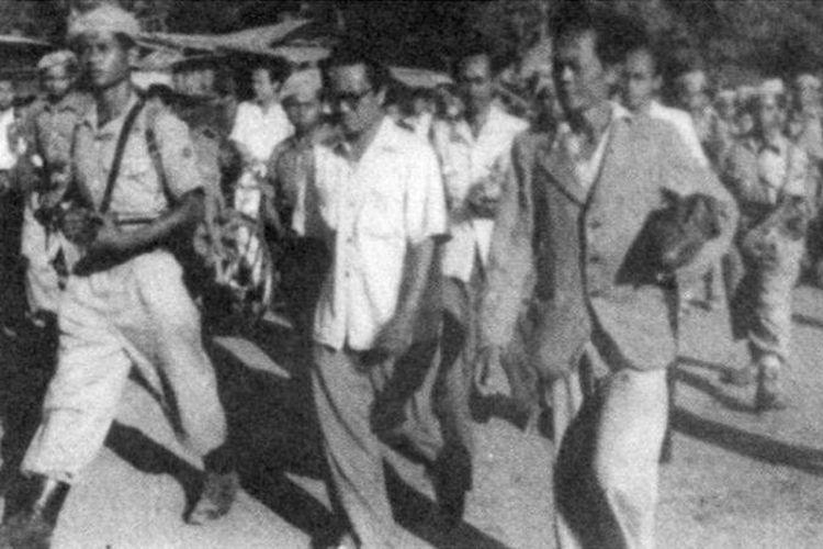 Amir Sjarifuddin digiring oleh aparat TNI setelah tertangkap pada November 1948 di Kudus, Jawa Tengah.