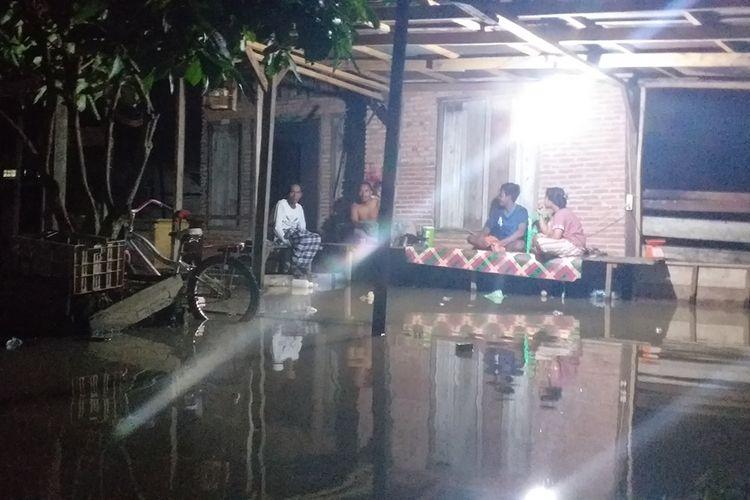 Sejumlah korban banjir di Desa Sontang, Kecamatan Bonai Darussalam, Kabupaten Rohul, Riau, masih bertahan di rumah menunggu air surut, Minggu (1/12/2019) malam.