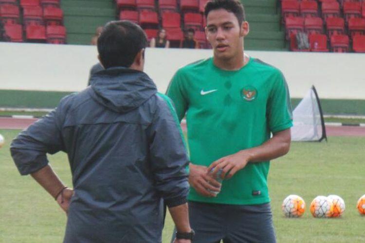 Pemain seleksi timnas U-18, Charalamboss Elias David yang pernah berstatus pencetak gol terbanyak LKG U-14, berbincang dengan pelatih Indra Sjafri saat seleksi di Cijantung, Kamis (6/4/2017).