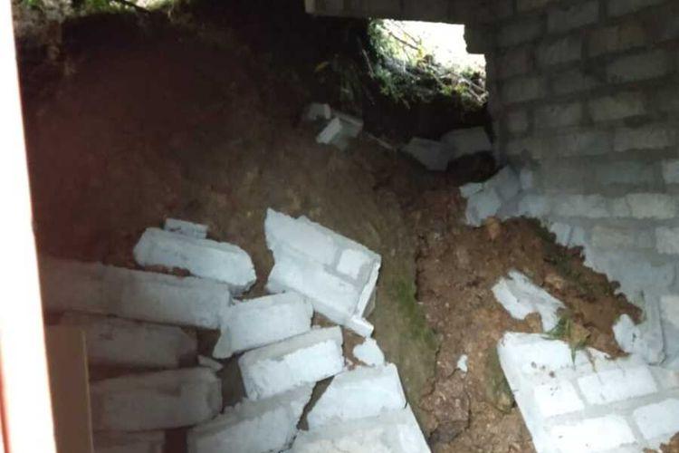 Tanah longsor menjebol rumah milik Mujiyono di Pedukuhan Tritis, Ngargosari, Kapanewon (kecamatan) Samigaluh, Kabupaten Kulon Progo, Daerah Istimewa Yogyakarta. Foto ini dokumentasi warga di TKP.