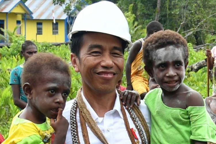 Presiden Joko Widodo menggendong dua balita di Kampung Kayeh, Kota Agats, Kabupaten Asmat, Papua, Kamis (12/4/2018). Balita berkaus kuning juga bernama Jokowi.
