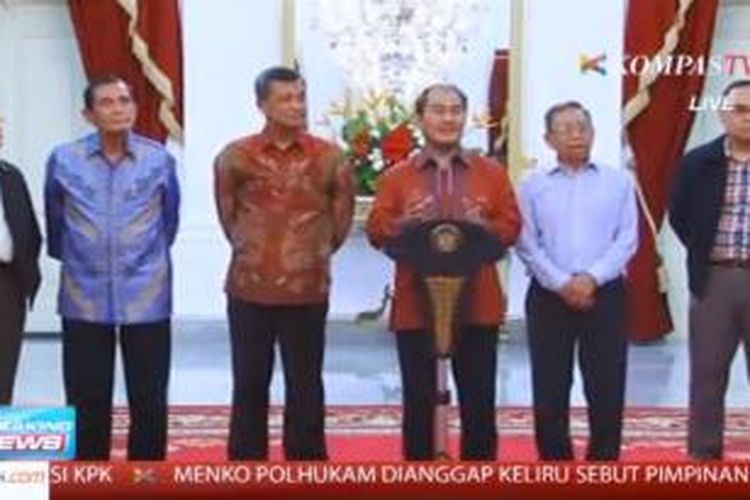 Sejumlah tokoh yang diundang Presiden Joko Widodo (Jokowi) ke Istana Negara, Minggu (25/1/2015) malam. Dari kiri ke kanan Erry Riyana Hardjapamekas, Tumpal Sulaiman, Oegroseno, Jimly Asshiddiqie, dan paling kanan Hikmahanto Juwana.