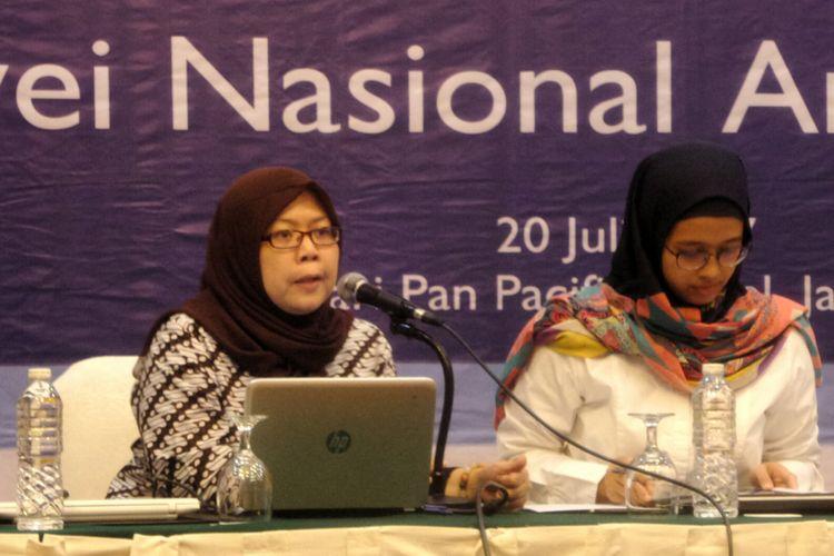 Peneliti dari Polling Center Henny Susilowati saat meluncurkan hasil survei antikorupsi 2017 di kawasan Thamrin, Jakarta Pusat, Kamis (20/7/2017).