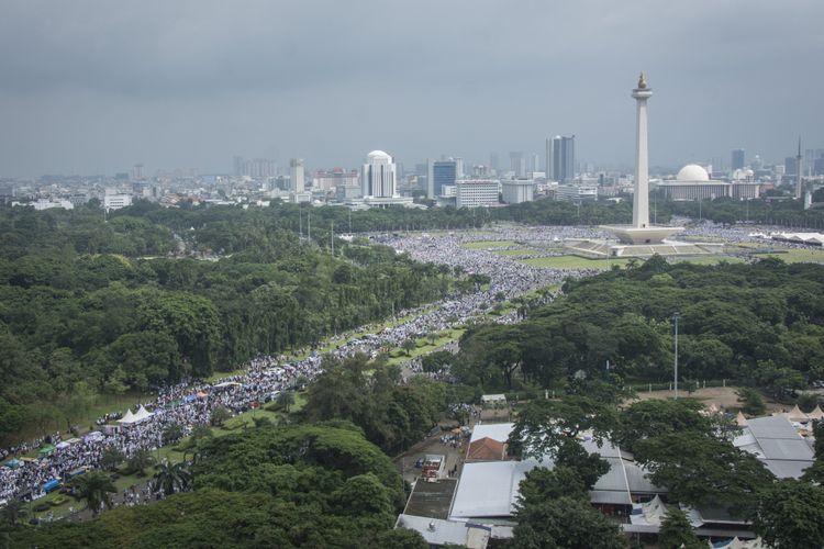 Massa memadati kawasan Monumen Nasional (Monas) dalam Aksi Bela Palestina di Jakarta, Minggu (17/12/2017). Selain menyerukan pembelaan untuk Palestina, aksi itu mengecam pernyataan Presiden Amerika Serikat Donald Trump yang mengakui Yerusalem sebagai ibu kota Israel.