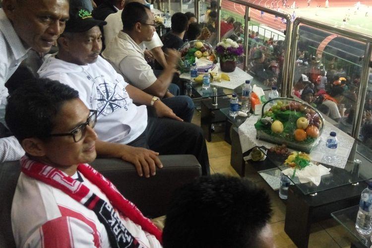 Calon wakil gubernur DKI Jakarta, Sandiaga Uno saat menyaksikan pertandingan sepak bola antara Timnas U-22 melawan Persija Jakarta di Stadion Patriot Bekasi, Jawa Barat, Rabu (5/4/2017).