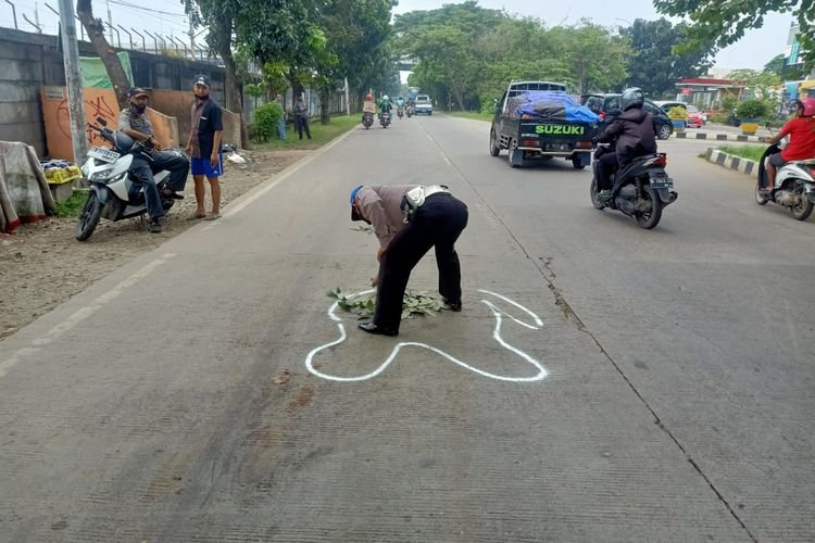 Pihak kepolisian saat melakukan olah tempat kejadian perkara (TKP) di lokasi kecelakaan lalu lintas yang membuat seorang gadis berinisial D meninggal di Jalan Benteng Betawi, Cipondoh, Kota Tangerang, Kamis (15/4/2021) siang.