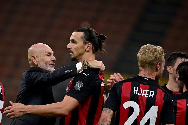 Pelatih AC Milan Stefano Pioli (kiri) memberi pelukan kepada Zlatan Ibrahimovic (kanan) usai laga Derby della Madonnina kontra Inter Milan di Stadion Giuseppe Meazza, Sabtu (17/10/2020) malam WIB.